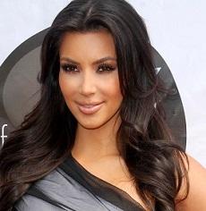 Kim Kardashian difende il suo lato b tutto naturale