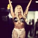 Lady Gaga ad Atene indossando due conchiglie