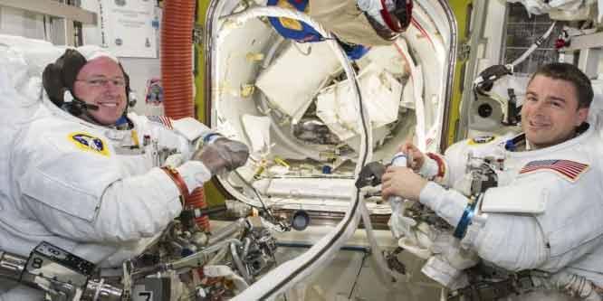 Barry Wilmore e Terry Virts ancora in giro per lo spazio