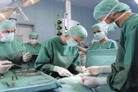 In ospedale per un dolore alla pancia, gli asportano un tumore di tredici chilogrammi