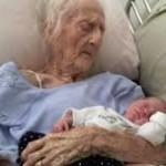 Trisnonna che abbraccia la nipotina, la foto che commuove il web