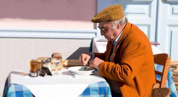 Gli anziani mangiano cibi scaduti e si nutrono male