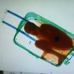 Immigrazione, per passare il confine nasconde bambino nel trolley