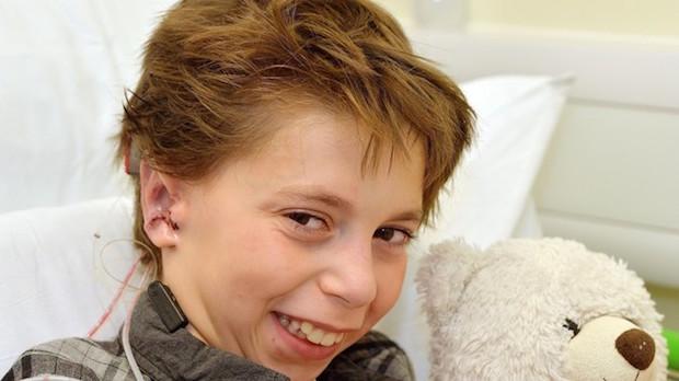 La storia di Kieran: il bimbo nato senza orecchie