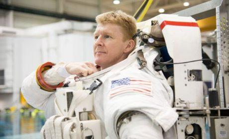 Astronauta sbaglia numero e telefona a una signora dallo spazio