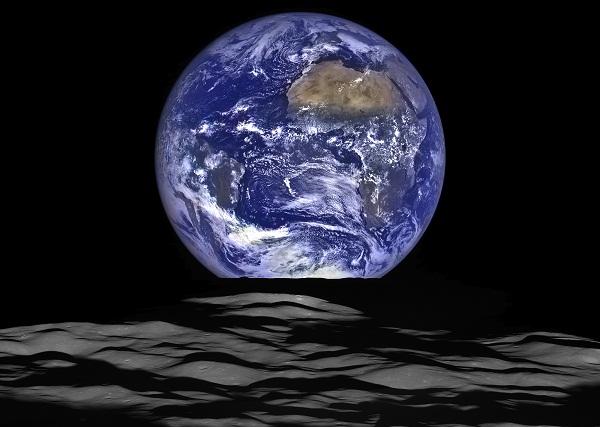 La Terra sorge dietro la luna: la spettacolare immagine della Nasa