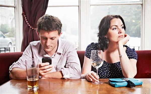Dipendenza smartphone, gli uomini in attesa resistono solo 21 secondi