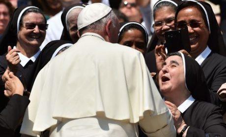 "Papa Francesco alle monache di clausura: ""usate Facebook, ma con criterio"""