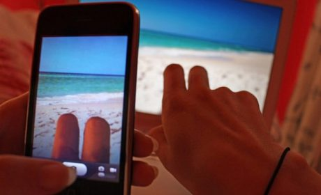 Vacanze finte, l'ultima moda dei selfie